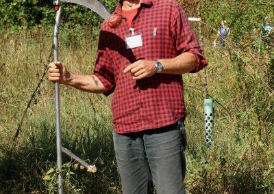 07 - Gärtnermeister Nitzsche bei der Apfelernte mit der Sense