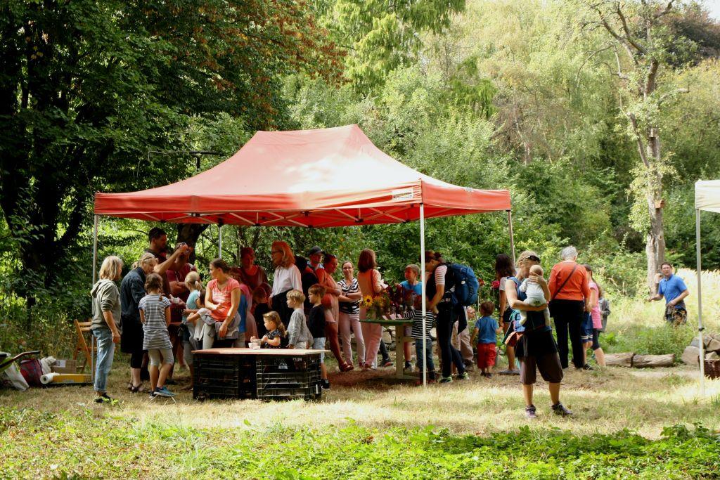 28 - reges Interesse an der Gartenführung mit Grashüpfer Hauke Schreck